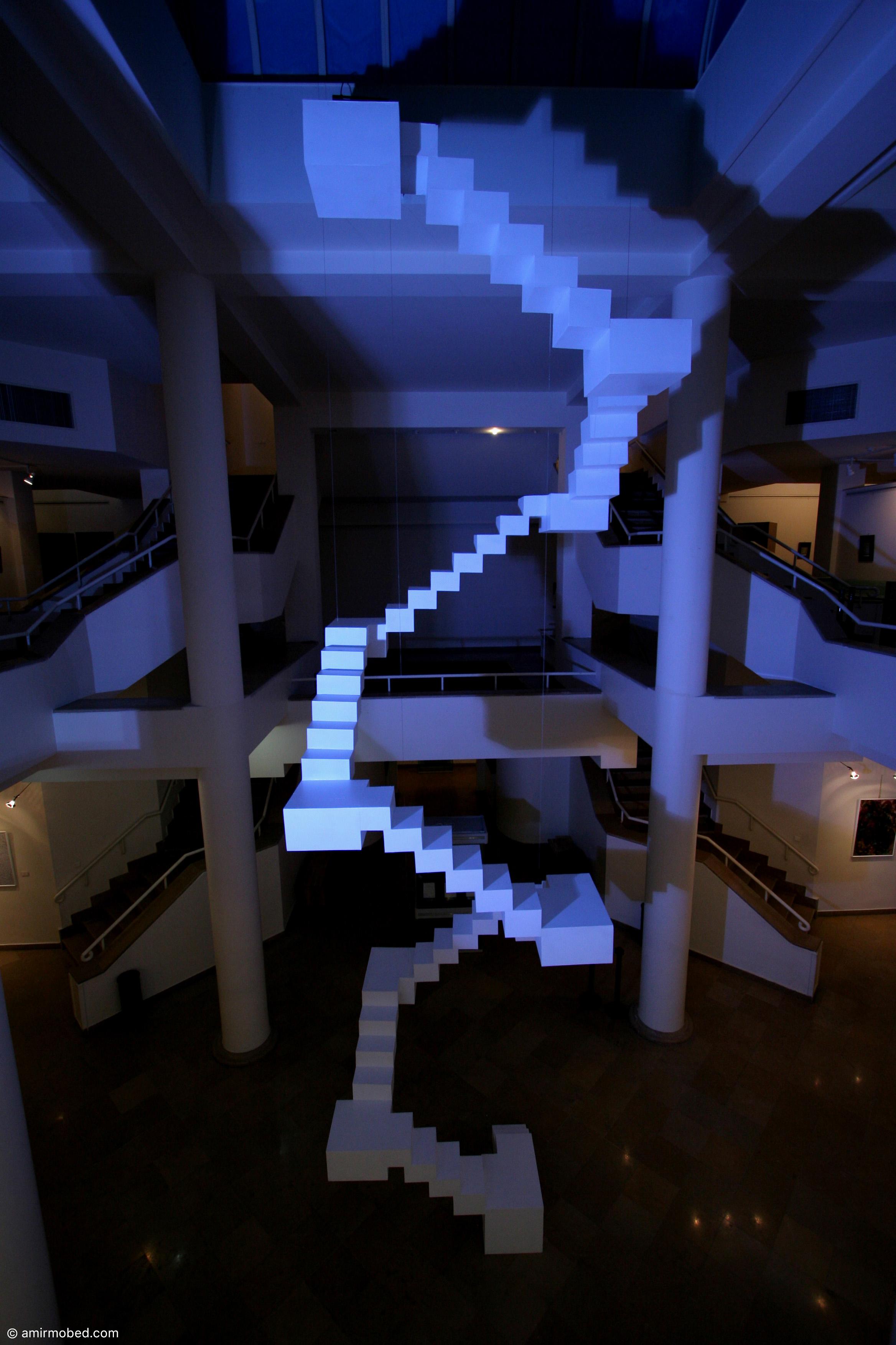 بلند آسمان، ۱۳۸۶، چیدمان، آرماتور، روکشMDF ، رنگ سفید اکرلیک، ابعاد: ۹۵۰ × ۲۵۰ × ۲۵۰ متر، چاپ دیجیتال ۲ × ۴ متر
