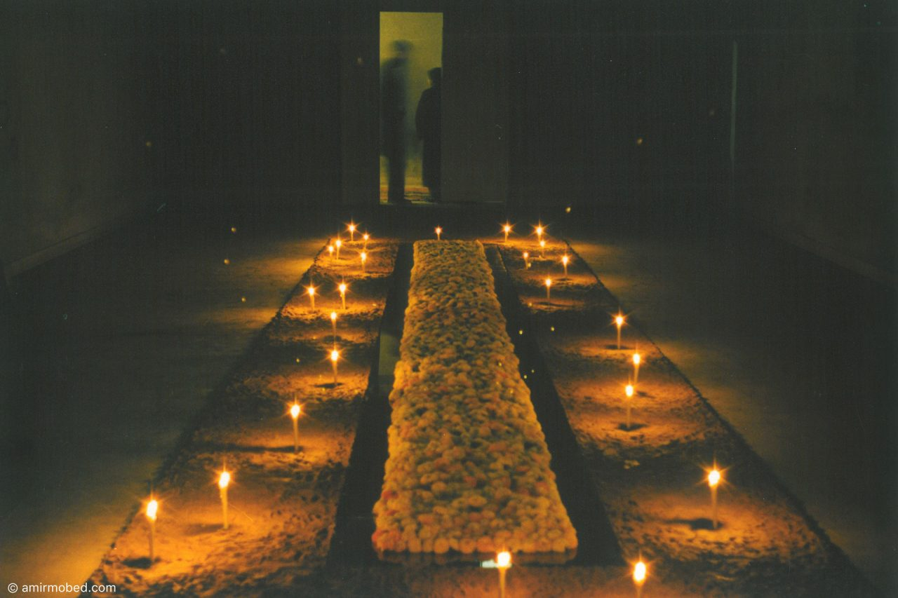 برای بم، ۱۳۸۲، چیدمان، گل رس، شمع، آینه و داوودیهای سفید۱۲×۲/۵متر