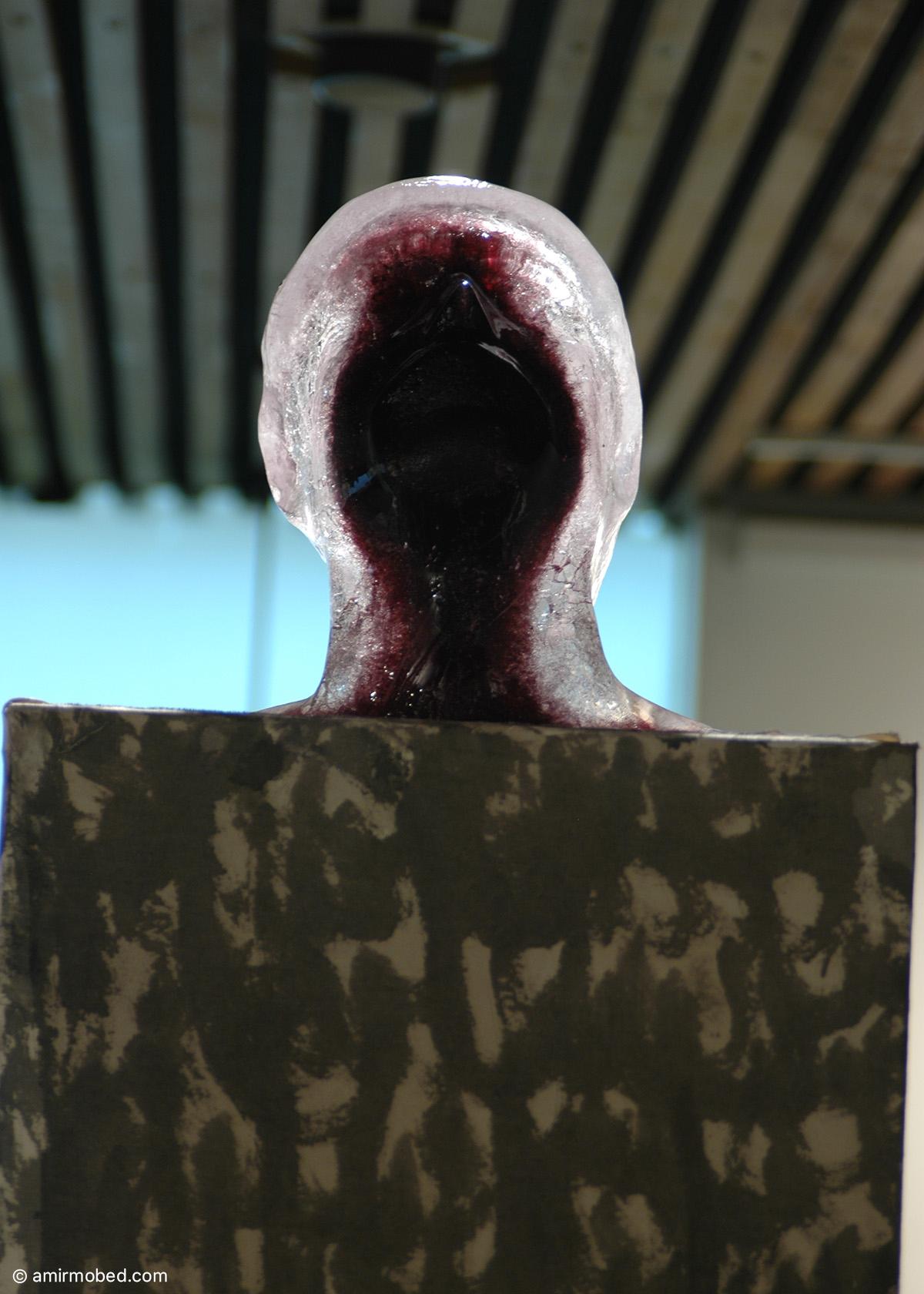 خودنگاره، ۱۳۸۶، چیدمان، پایه با روکش پارچه، جوهر رنگ در قالب یخ